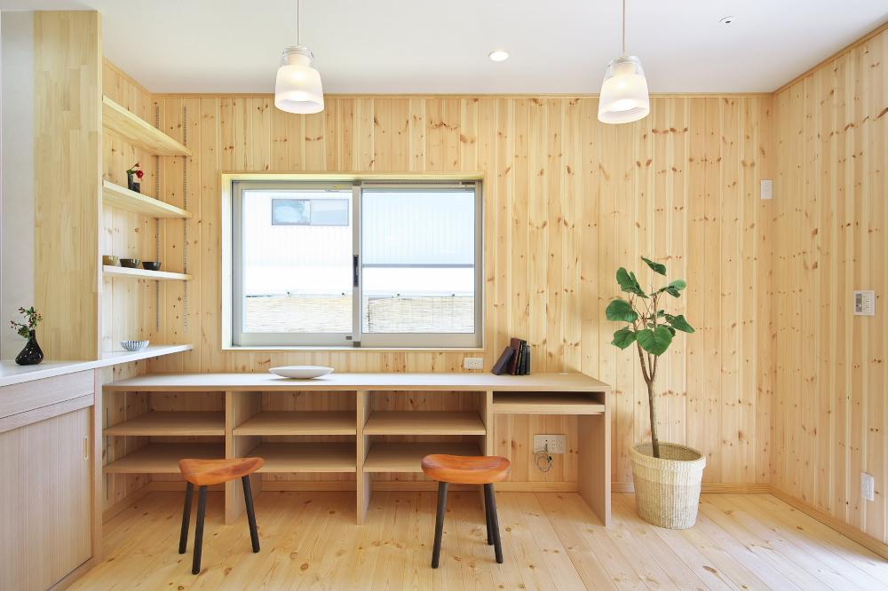 室内の木目と調和する造作家具が素敵な家