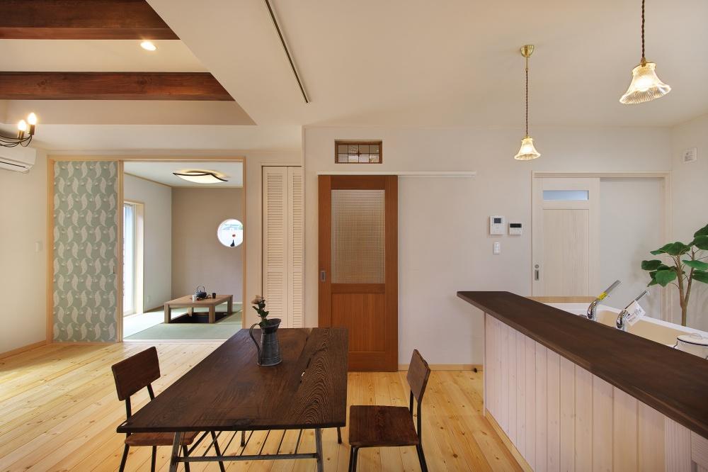 キッチンの横で勉強ができる、カウンターデスク&本棚の造作家具