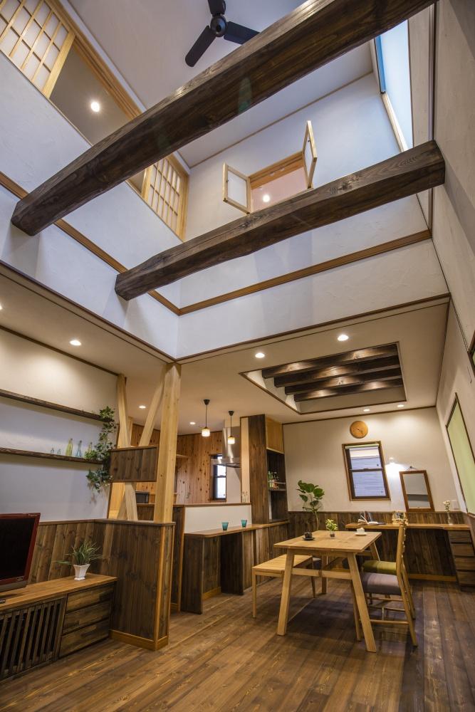 吹き抜けリビングとあらわし天井のある開放的なお家
