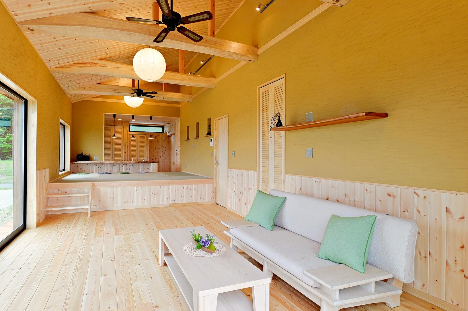 床も勾配天井も無垢材で豊かな空間。畳もふんだんに使用したおしゃれモダン和風平屋