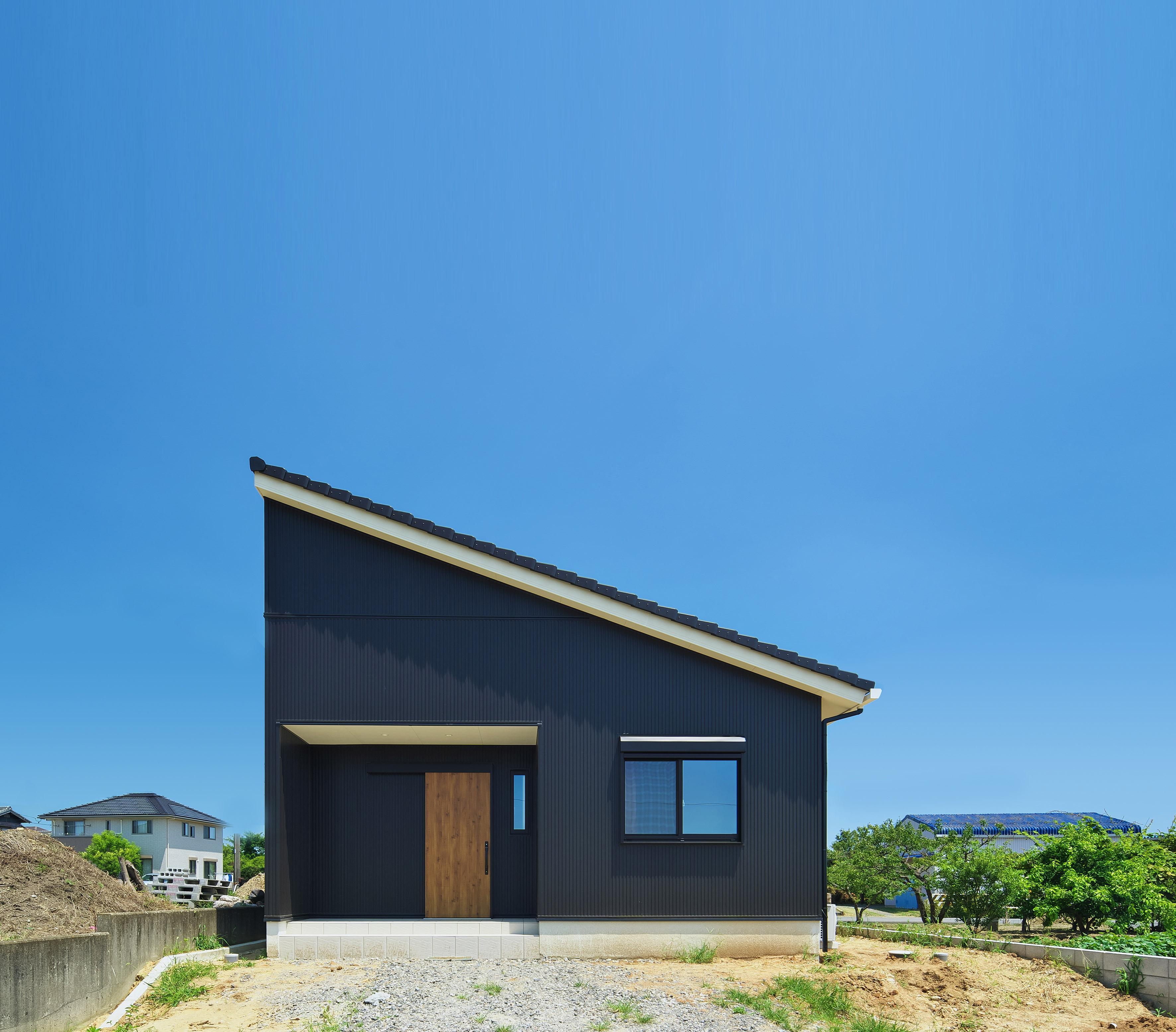 外観はガルバリウム。シンプルで洗練された平屋の家。