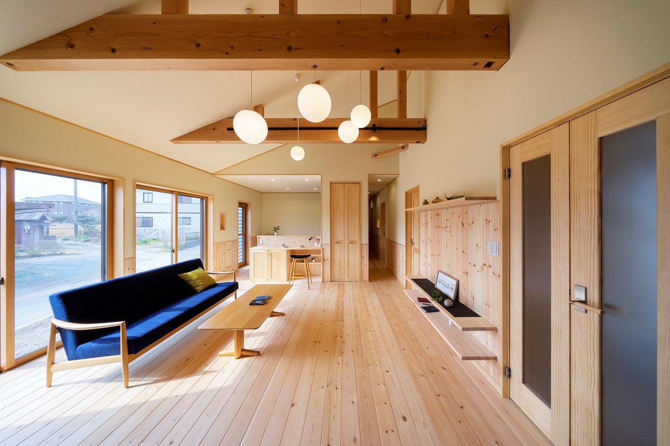 勾配天井×梁見せ天井で家族とのコミュニケーションも弾む、ゆったり大空間の平屋。