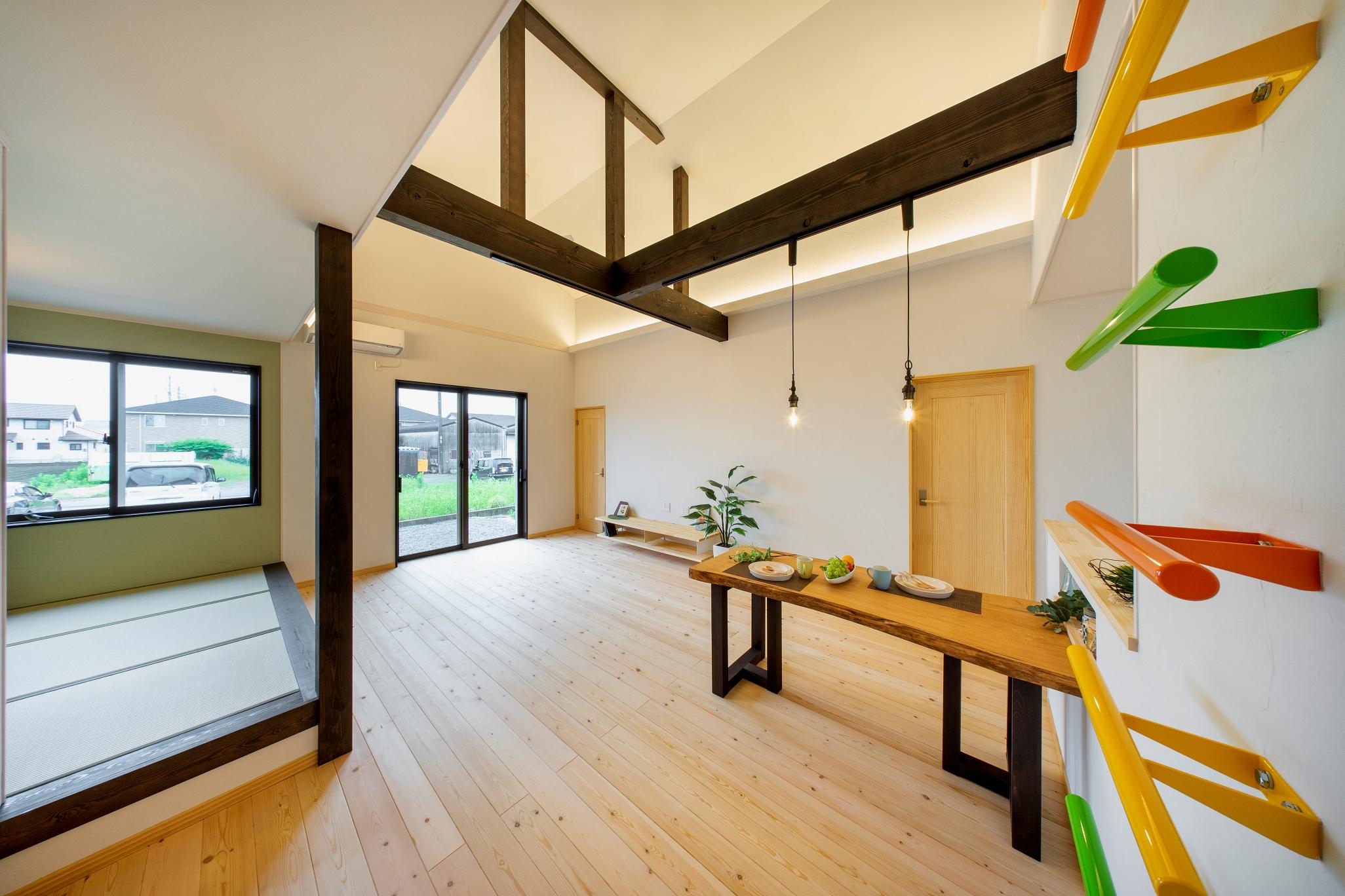 カラフルなはしごで屋根裏部屋へ♪遊びココロと家事動線が良い平屋のお家