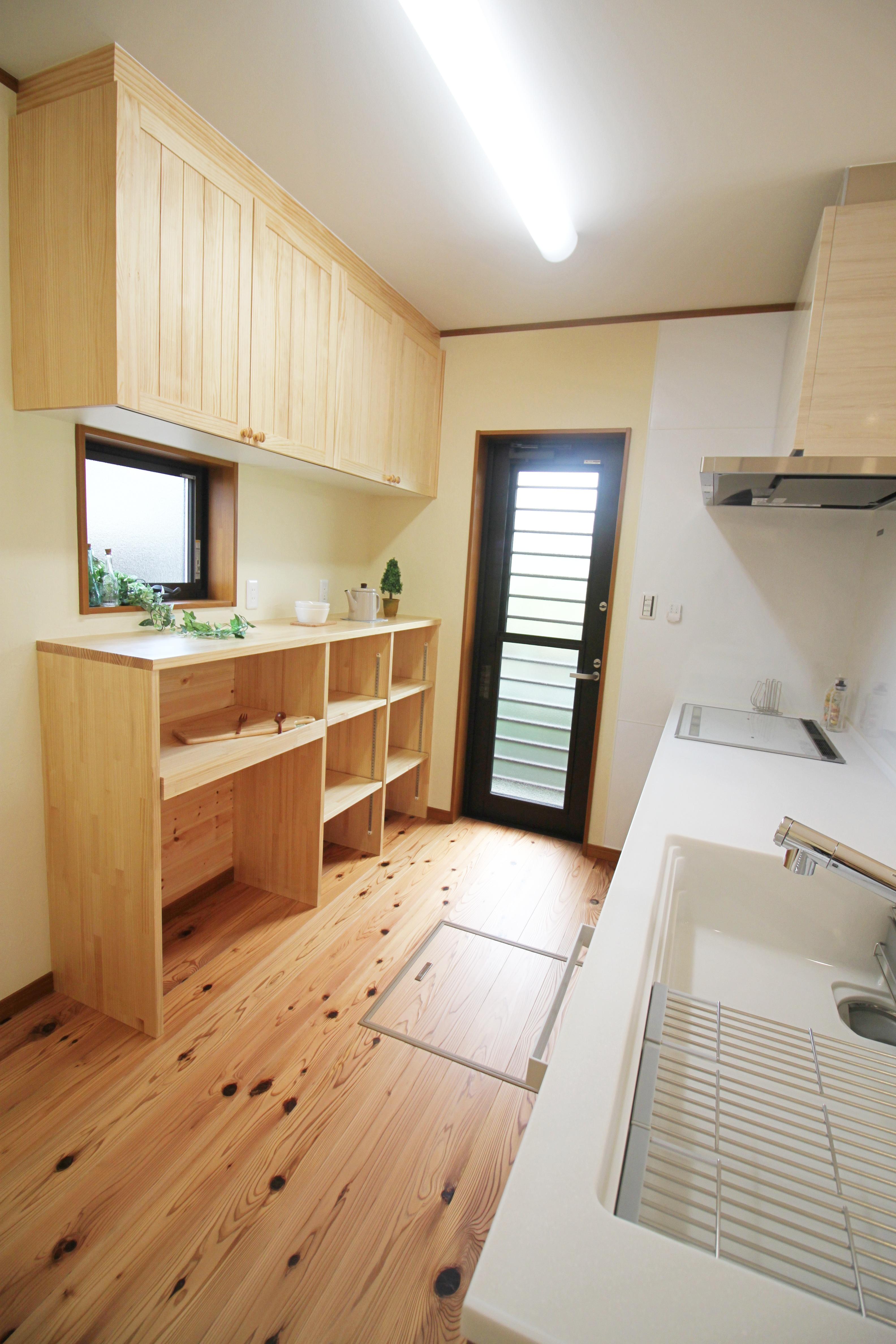 木の匂いに包まれる全室天然素材の2階建て