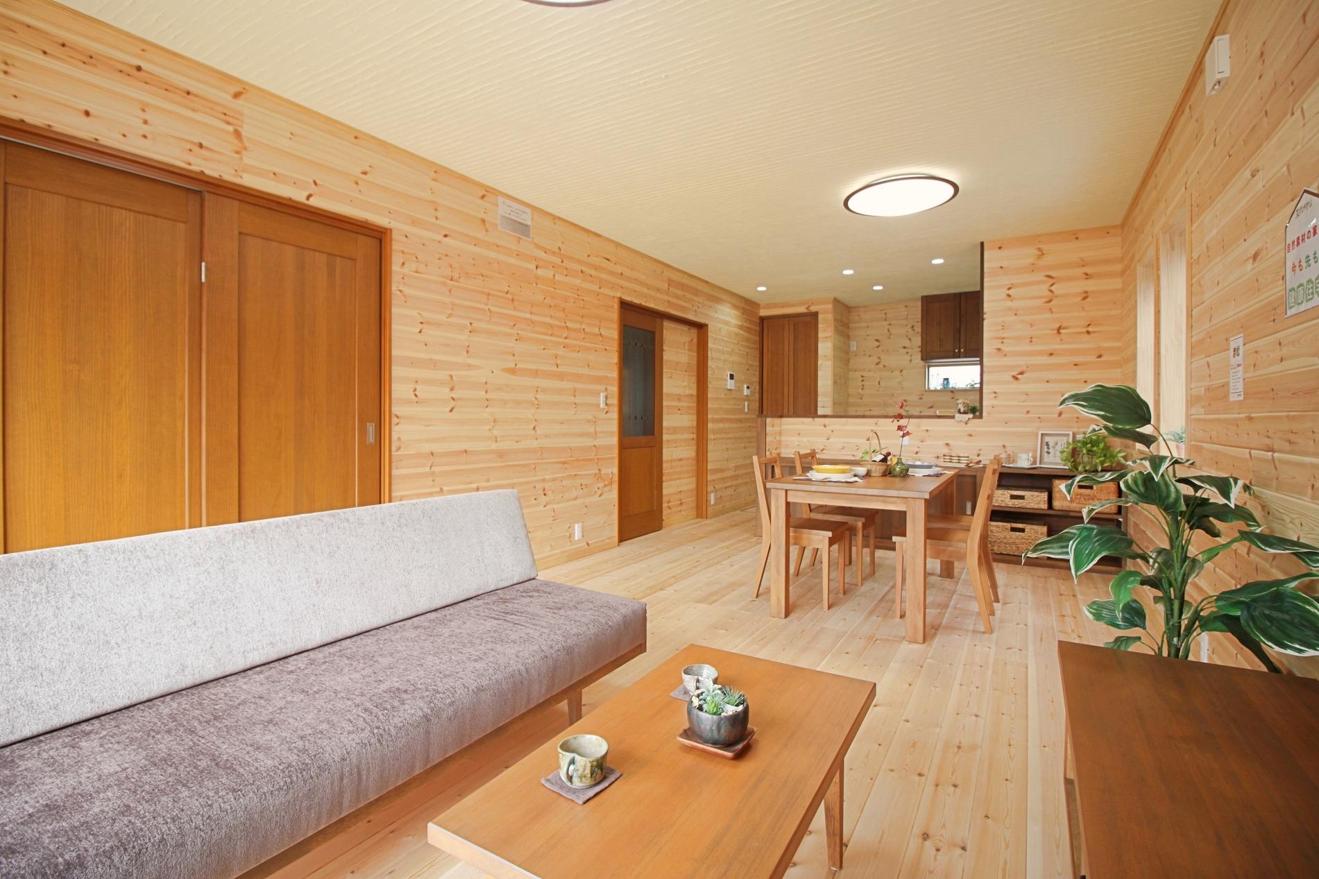 まるでログハウスのよう。無垢の木と珪藻土をふんだんに使用した空気が綺麗な平屋の家