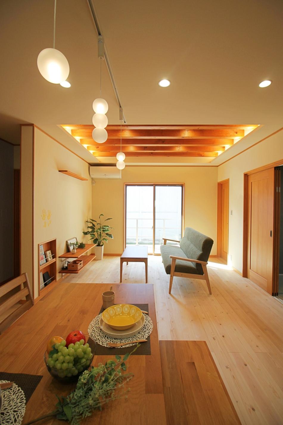 リビングを中心に各部屋につながる自然素材の平屋