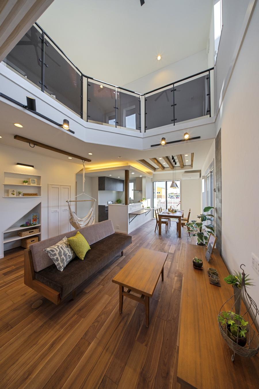 大空間吹き抜け/デザイン天井/間接照明で柔らかくスタイリッシュな自然素材の家
